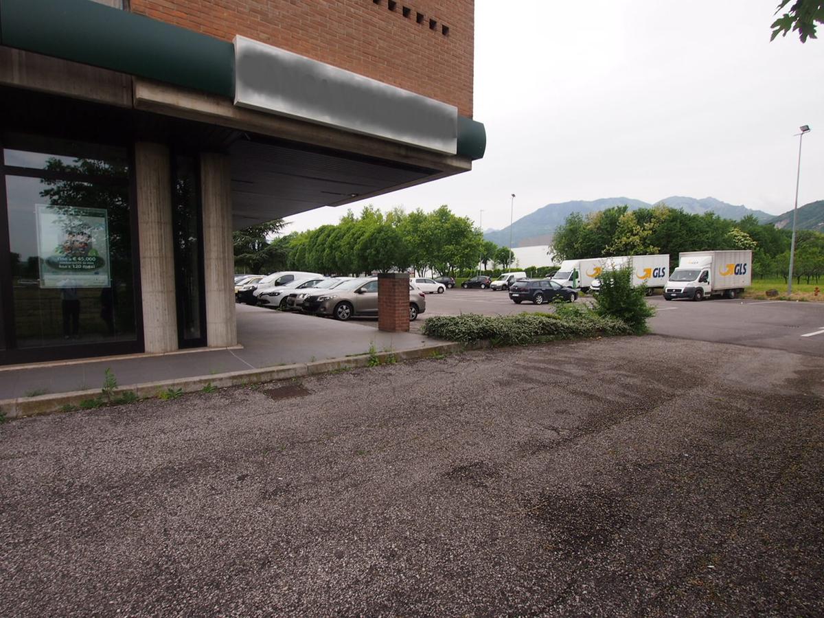 Schio, zona industriale, ampio negozio vetrinato in vendita - 5