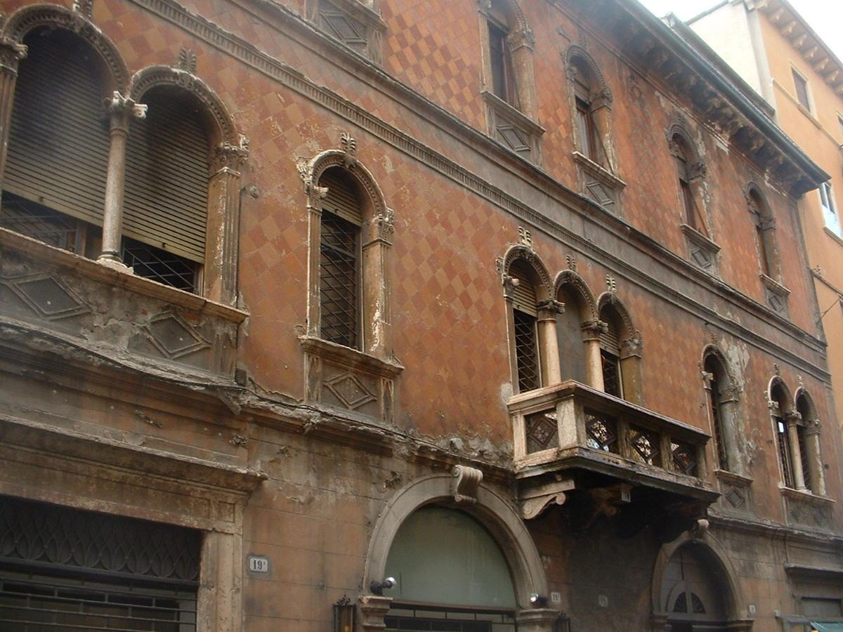 Verona, intero palazzo in vendita in centro - 1