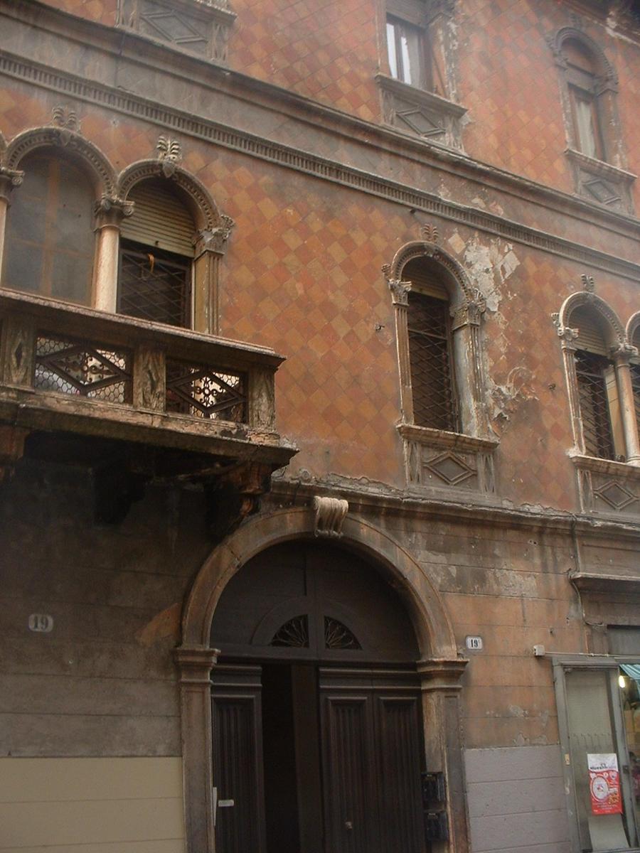 Verona, intero palazzo in vendita in centro - 2