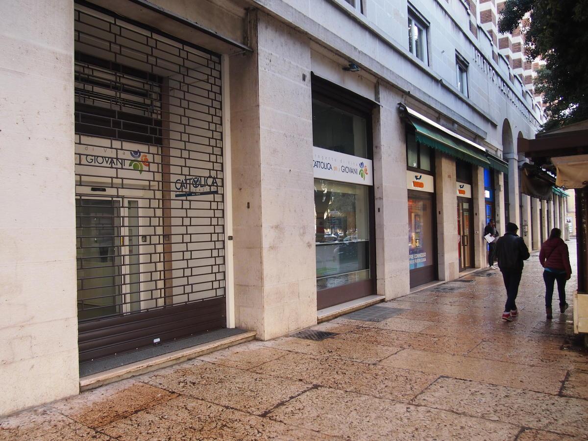 Verona, in centro, negozio in affitto - 2