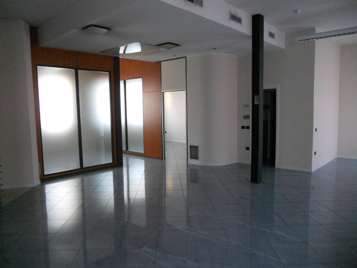 San Bonifacio, centro paese, intera palazzina direzionale in vendita - 1