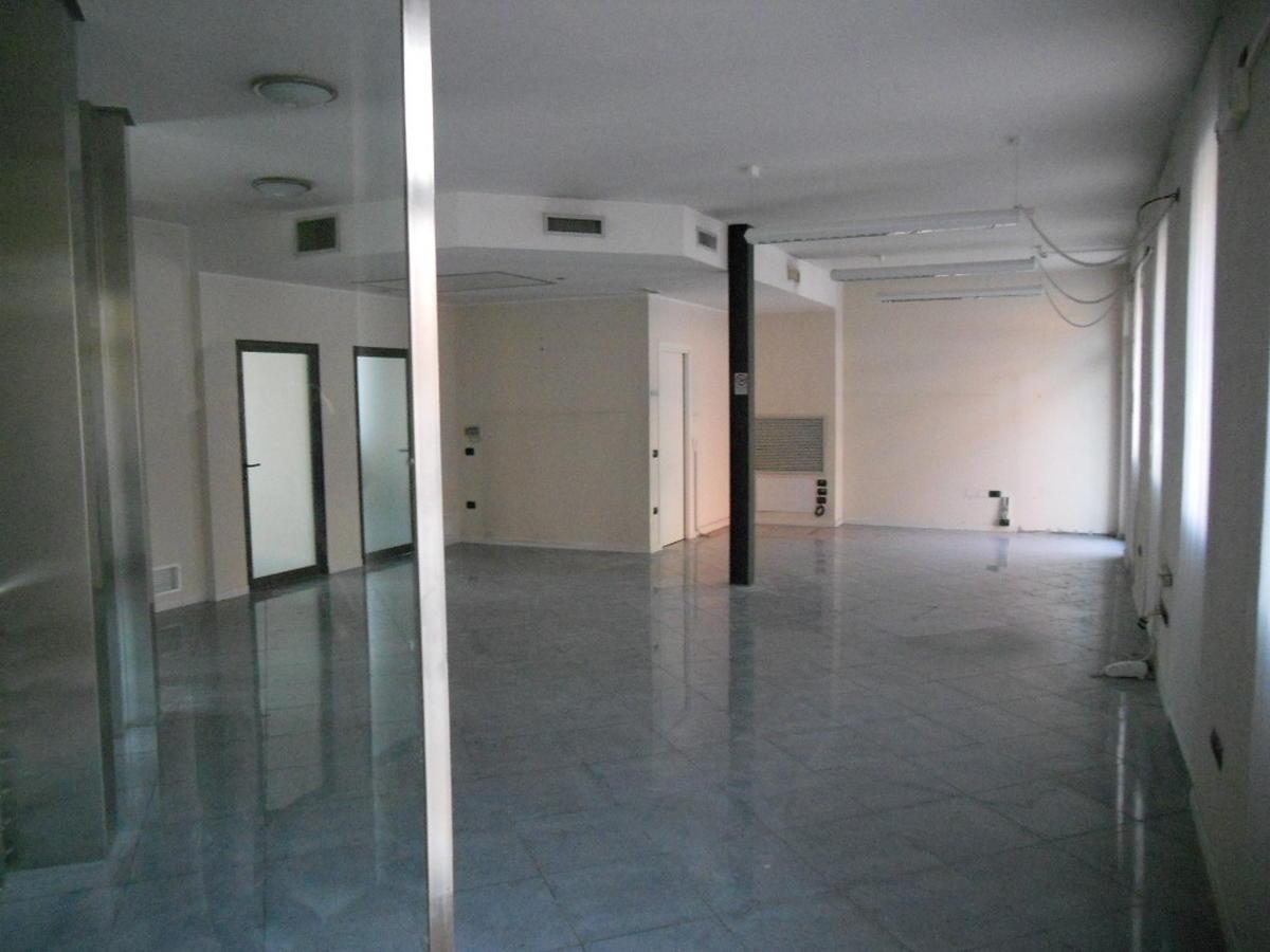 San Bonifacio, centro paese, intera palazzina direzionale in vendita - 5