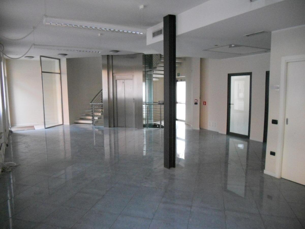 San Bonifacio, centro paese, intera palazzina direzionale in affitto - 1