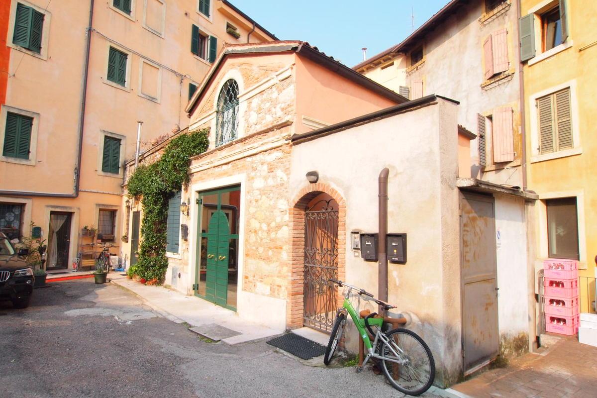 Bilocale in centro storico a Verona  - 1
