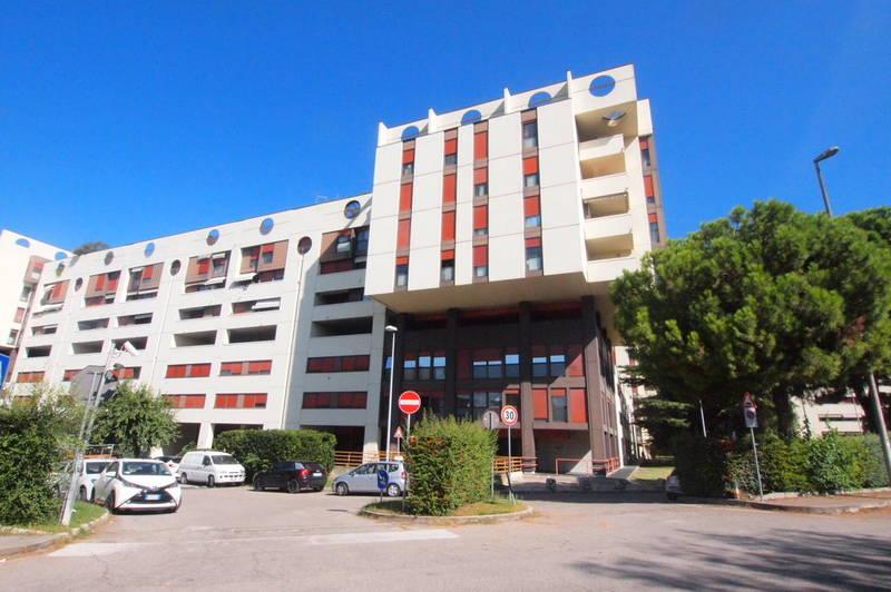 Ampio appartamento con terrazzo in vendita a Verona zona Stadio