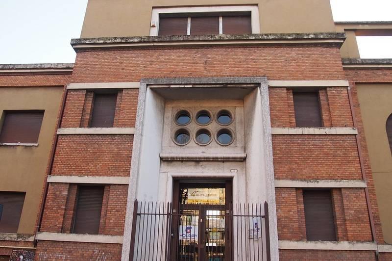 Verona, intero palazzetto in vendita
